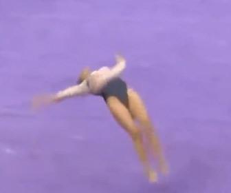 【動画】女性体操選手が床演技で着地した瞬間に膝が…
