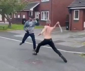 【動画】イギリスで男2人がマチェーテで斬り合うヤバすぎる戦い