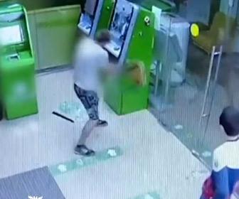 【動画】バカすぎるATM強盗。2回警察に捕まる。