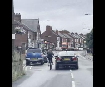 【動画】走行中の車を掴み、猛スピードで走る自転車が転倒してしまう