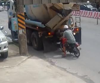 【動画】ミキサー車が後ろに停車したバイクに気づかずバックしてしまい…
