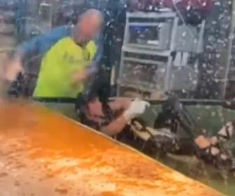 【動画】女性トレーナーがワニに手を噛まれてしまい…デスロール
