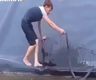 【動画】ビビりながらヘビを捕まえた男性…衝撃の結末