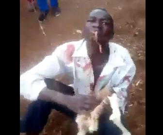 【動画】泥棒が捕まり群衆にボコボコにされ無理やり生のニワトリを食べさせられる衝撃映像