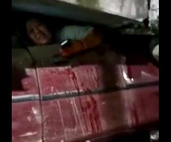 【動画】鉄道の高架線路が崩落。車が潰され車内の人が身動きが取れない衝撃映像