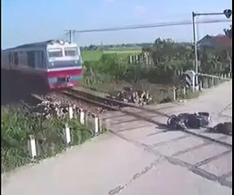 【動画】踏切でバイクが転倒。線路の上で動けないバイクライダーに猛スピードの電車が…