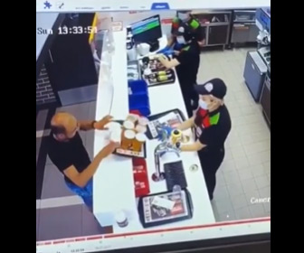 【動画】ファーストフード店でトレーに乗せたドリンクをこぼしまくる男性