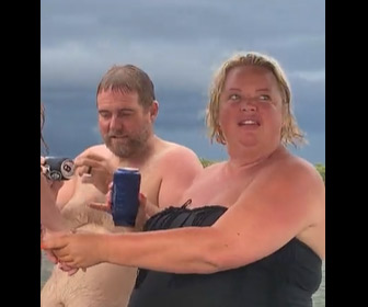 【動画】ビールショットガンチャレンジ失敗。隣にいた嫁の顔にビールがかかってしまう