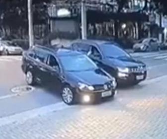 【動画】ロードレイジ。2台の車の運転手が言い争いになり、車をぶつけるが…