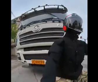【動画】スクーターが後ろからトラックにぶつけられ転倒。ライダーが引きずられる衝撃映像