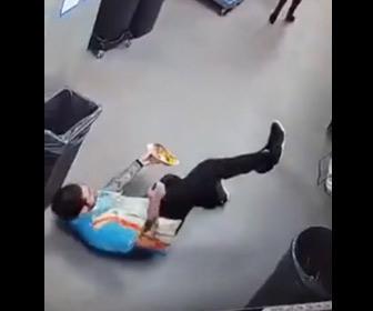 【動画】ウエイターが床で滑り転倒するが持っていた料理をこぼさない