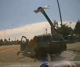 【動画】ロードレイジ。運転手が車から降りて金槌を投げつけてくる衝撃映像