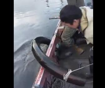 【動画】ロシアの漁師が川底からマンモスの牙を発見する