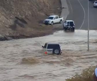 【動画】大雨で濁流が流れる道を4WDが渡ろうとするが…