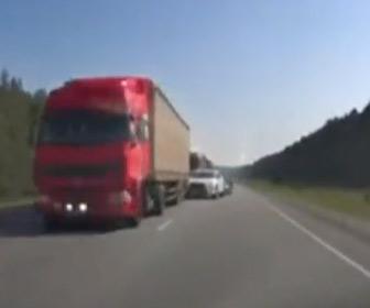 【動画】反対車線にはみ出して追い越しをする車と正面衝突しそうになる