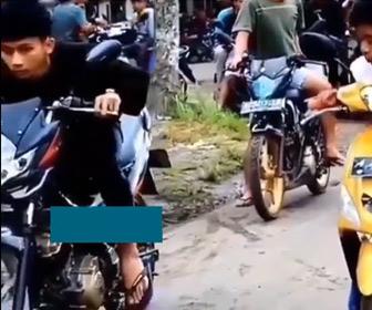 【動画】道でバイクレースをする少年2人。スタート直後に駐車している車に突っ込んでしまう