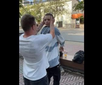 【動画】首の関節が異常に柔らかい男性。首を持たれたまま体を180度以上回る衝撃映像