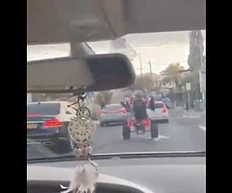 【動画】4輪バギーでウイリーするが前の車に突っ込んでしまう