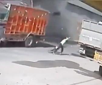 【動画】自転車で走る男性にトラックが落下してくる衝撃映像