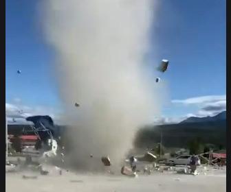 【動画】巨大なつむじ風が発生、テントや段ボールを吹き飛ばす衝撃映像