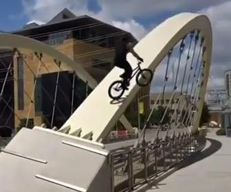 【動画】猛スピードのBMXがアーチ橋の上を渡ろうとするが…