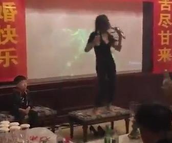 【動画】酒の席で酔っ払って歌う母親。横にいる子供の表情が…