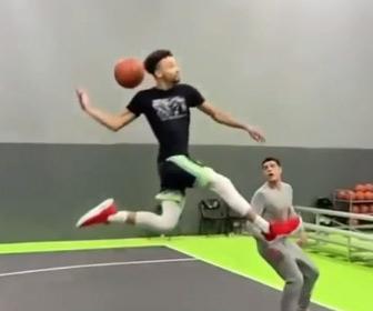【動画】ノールックでボールを掴みダンクシュートする男性が凄い