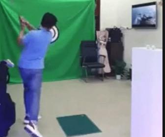 【動画】室内でゴルフの連取をする男性。シャンクして液晶テレビを壊してしまう