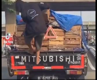 【動画】走行中のトラックからスルーツを盗む男