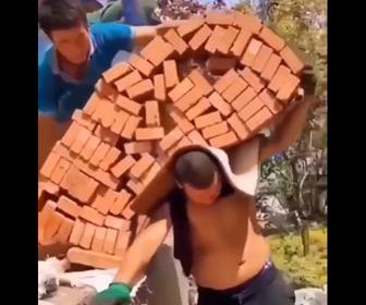 【動画】大量のレンガを担いで運ぶ男性が凄い