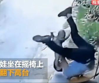 【動画】子供を抱いた父親がロッキングチェアから転がり落ちてしまうが…