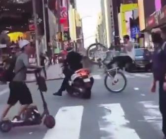 【動画】ウイリー走行する自転車がバイクに乗る警察官に突っ込んでしまう