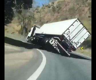 【動画】猛スピードの大型トラックがカーブを曲がるが…