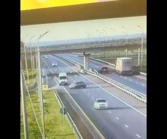 【動画】高速道路の出口を通りすぎ、バックで戻る車が…