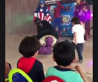 【動画】ヒーローショーで子供たちが悪役に襲いかかってしまう