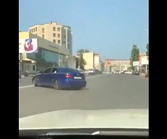 【動画】ドリフトしまくる車が反対車線に突っ込み対向車と激突