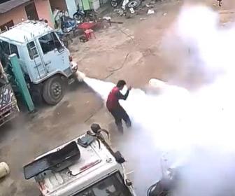 【動画】作業員が作業中ガスタンクが爆発して吹き飛び、家に穴が空いてしまう衝撃映像