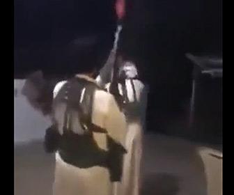 【動画】男性が祝砲を放つが前の男性の足を撃ってしまう衝撃映像