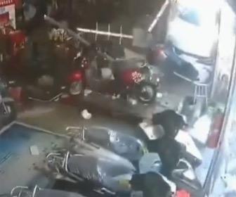 【動画】バイク修理店に猛スピードの車が突っ込み女性店員がはね飛ばされる