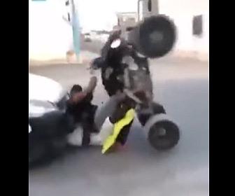 【動画】調子に乗りウイリー走行するバギーに後続車が突っ込んでしまう