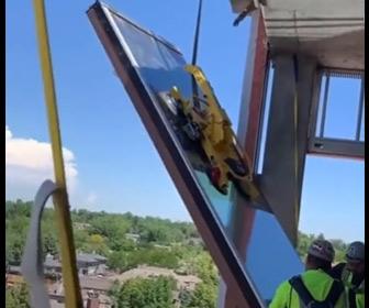 【動画】建設現場で窓ガラスを吊り上げるがロープが外れ…