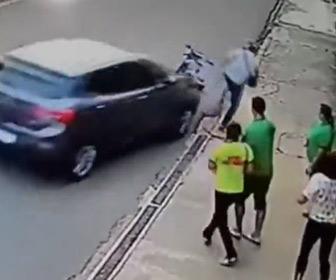【動画】バイクに乗った強盗が歩行者の財布を奪うが強盗に気付いた車が…