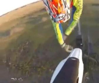 【動画】フリースタイルモトクロスでジャンプ中にバイクを離して掴もうとするが失敗し…