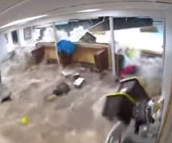 【動画】男性が地下室から出た直後に壁が崩れ濁流が押し寄せる衝撃映像