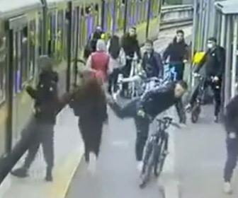 【動画】ホームにいる男達が走って電車に乗ろうとしている少女を威嚇し…