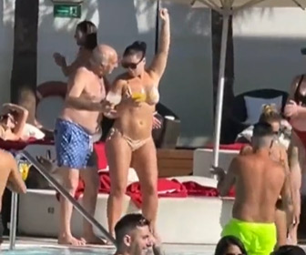 【動画】若者のプールパーティでおじいさんが若い女性をナンパしまくる