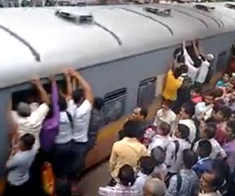 【動画】インド、ムンバイの満員電車がヤバすぎる。体を乗り出し電車に必死にしがみ付く人達