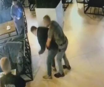 【動画】カフェで食事中の男性が食べ物をのどに詰まらせ窒息するが偶然いた医師に助けられる