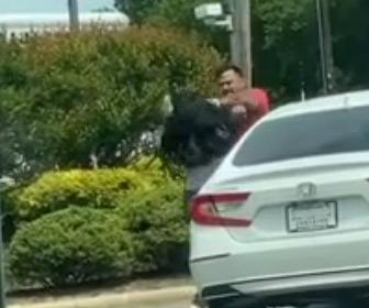【動画】ロードレイジ。女性ドライバーが車から降り男性ドライバーに唾を吐きかけ…