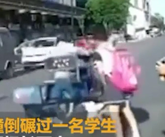 【動画】横断歩道を渡る小学生の列に3輪車が突っ込み1人を轢いて止まらずに走り去る